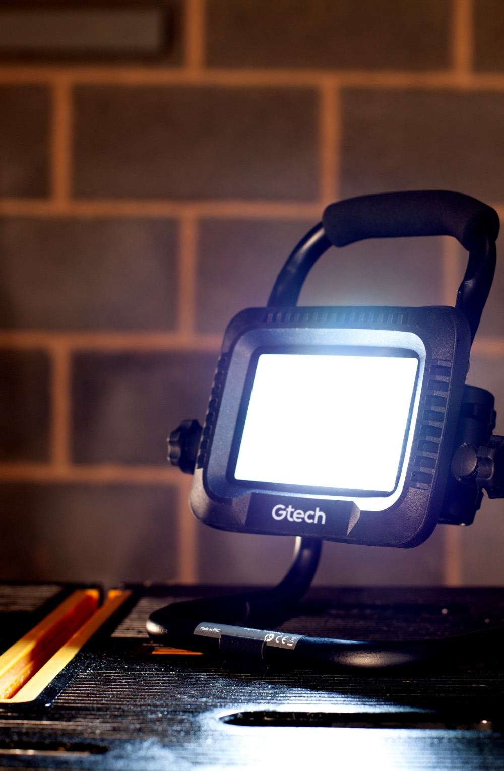Battery powered flood light