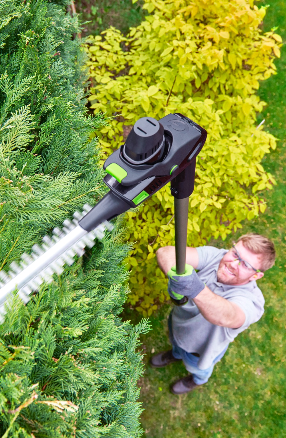 Electric hedge trimmer